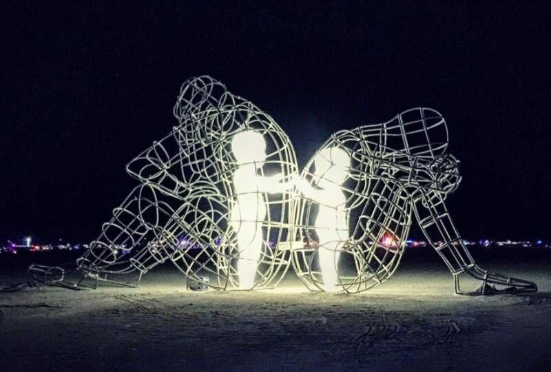 scultura-burning-man-festival-adulti-bambini-amore-love-alexander-milov-4
